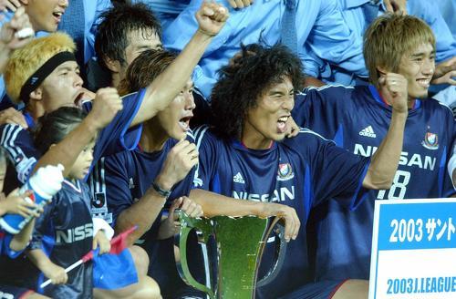 横浜対神戸 2ゴールの中沢佑二(中央)はカップを手に絶叫。左から松田直樹、柳想鉄(ユ・サンチョル) (03年08月02日)