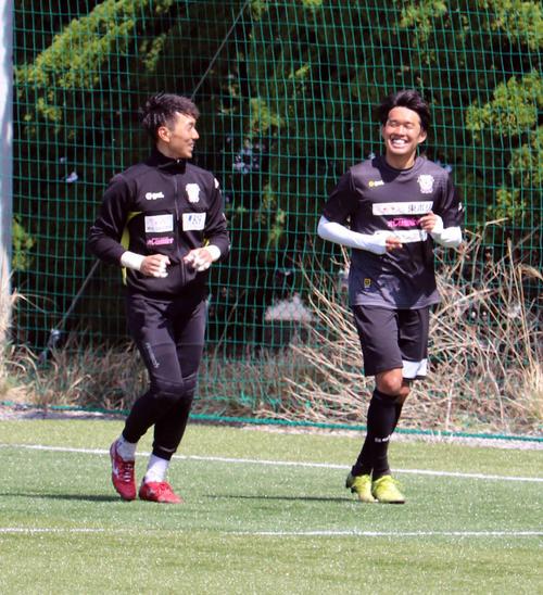 GK杉本主将とランニングして、笑顔を見せる藤枝FW遠藤(右)