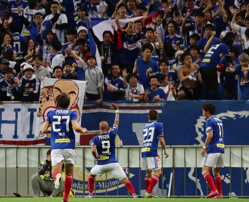 浦和対横浜 後半、横浜FWマルコス・ジュニオール(左から2人目)が2点目のゴールを決めてサポーターと共に喜ぶ(撮影・丹羽敏通)