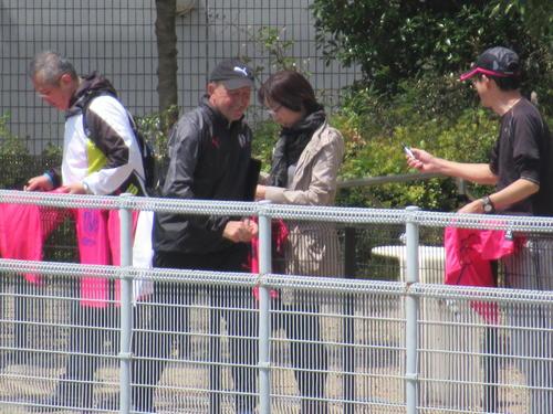 サポーターと触れ合うC大阪ロティーナ監督(撮影・実藤健一)