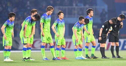 川崎F対湘南 完封負けして肩を落とす湘南の選手たち(撮影・山崎安昭)