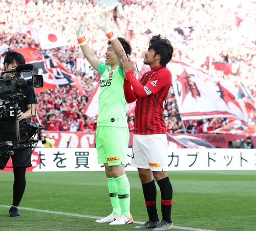 浦和対神戸 PKでの1点を守りきってホーム今季初勝利の浦和GK西川(左)とFW興梠は、笑顔で場内1周(撮影・浅見桂子)