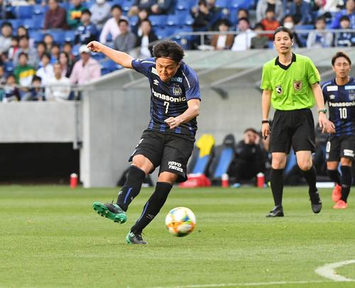 G大阪対大分 後半、G大阪MF遠藤が右足でゴールを決めて同点とする(撮影・奥田泰也)