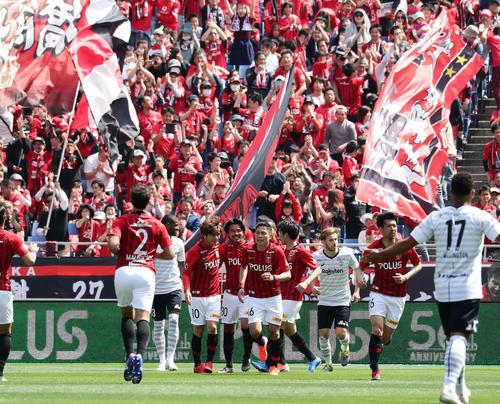 浦和対神戸 前半、先制のPKを決めた浦和FW興梠(中央)はイレブンと喜び合う(撮影・浅見桂子)