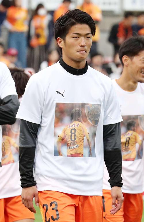 MF石毛のTシャツを着て引き揚げる清水FW北川(撮影・鈴木正人)
