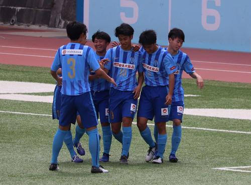 後半、ゴールを決めたFW西川潤(中央)はチームメートから祝福を受ける(撮影・杉山理紗)