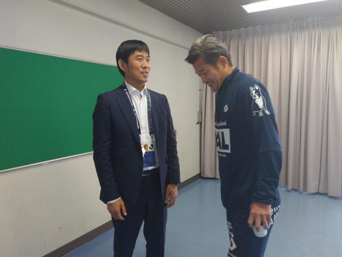 横浜FCのFWカズ(右)は横浜FCと千葉の試合を視察に来た日本代表の森保一監督と談笑する