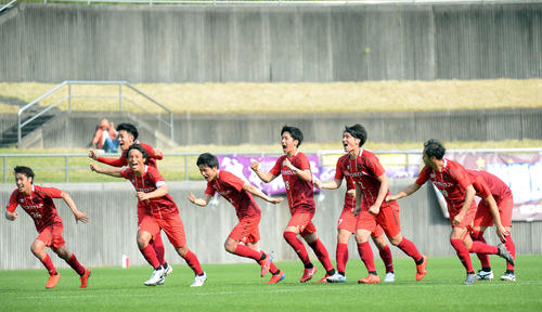決勝進出を決めて喜びを爆発させるホンダFCの選手たち