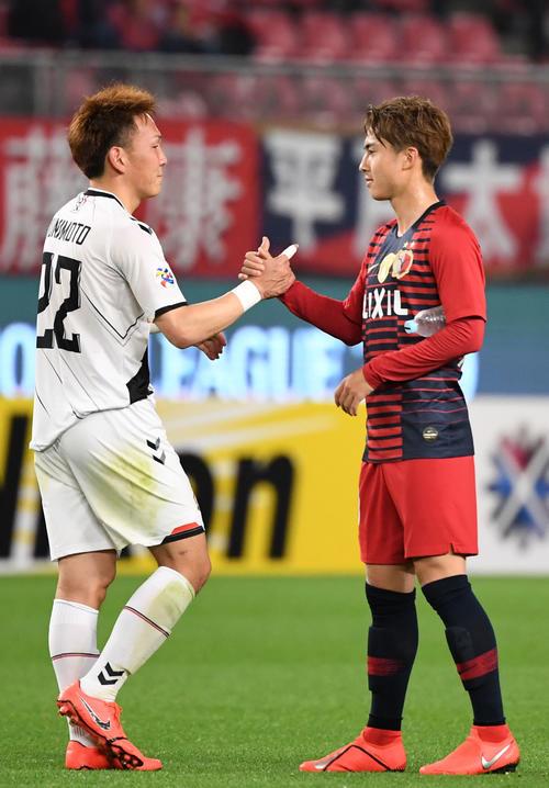 鹿島対慶南 試合後、握手を交わす慶南MF邦本(左)と鹿島MF安部(撮影・横山健太)