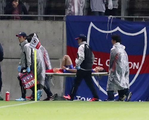 東京対柏 前半、左足を負傷しタンカで運ばれる東京DF室屋(撮影・垰建太)
