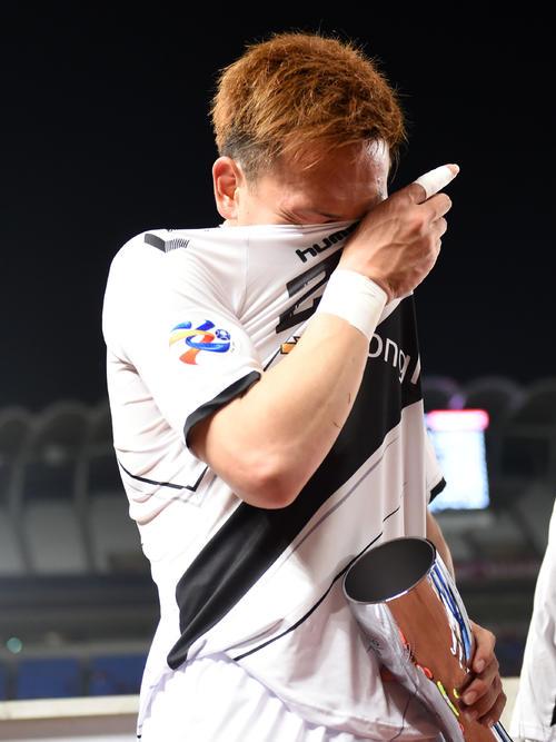 鹿島対慶南 試合後、マンオブザマッチのトロフィーを手に涙を流す慶南MF邦本(撮影・横山健太)