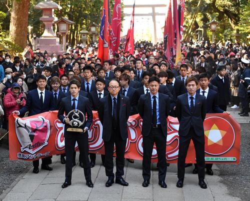 鹿島神宮に向かってACL優勝パレードする、前列左から内田主将、庄野社長、大岩監督、三竿(2019年1月19日撮影)