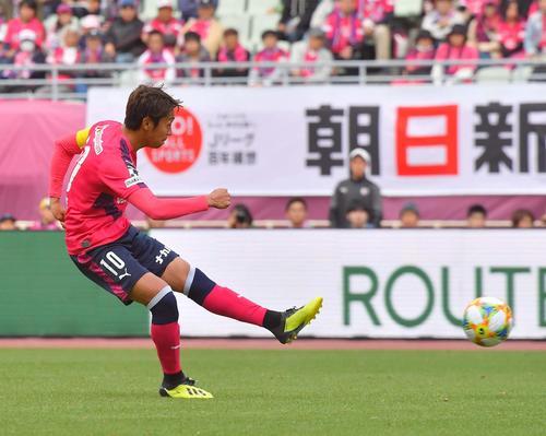 C大阪対大分 前半、左足でシュートを放つC大阪MF清武(撮影・上田博志)