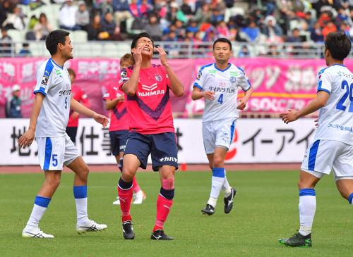 C大阪対大分 後半、ファウルを取られ悔しそうな表情を見せるC大阪FW都倉(撮影・上田博志)