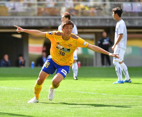 仙台対G大阪 後半、勝ち越しゴールを決め両手を広げ駆けだす仙台FW長沢(撮影・下田雄一)