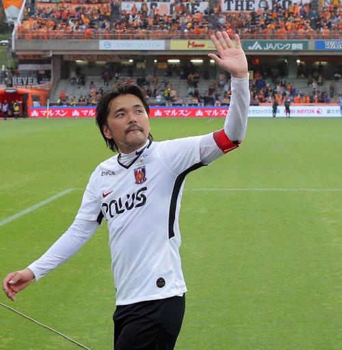 清水対浦和 J1平成最後のゴールを決めた浦和FW興梠はサポーターに手を振って引き揚げる(撮影・松本俊)