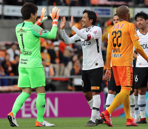 清水対浦和 後半ロスタイムにJ1平成最後のゴールを決めた浦和FW興梠(中央)は、チームの勝利にGK西川と笑顔でハイタッチして喜ぶ(撮影・松本俊)