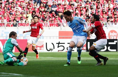 浦和対磐田 前半、ゴールを狙った浦和FW興梠(右)だが、阻まれる(撮影・浅見桂子)