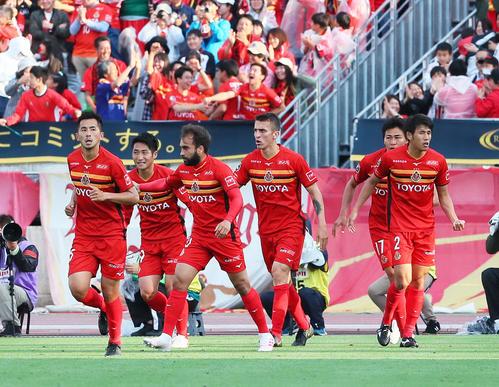 湘南対名古屋 後半、ヘディングでゴールを決め喜ぶMFシミッチ(中央右)ら名古屋イレブン(撮影・足立雅史)