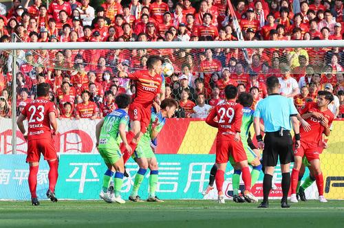 湘南対名古屋 後半、ヘディングでゴールを決める名古屋MFシミッチ(左から3人目)(撮影・足立雅史)