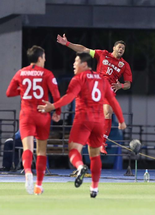 川崎F対上海上港 前半、先制ゴールを決め跳び上がって喜ぶ上海上港FWフッキ(奥)(撮影・河野匠)