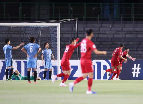 川崎F対上海上港 後半、同点ゴールを決め駆け出す上海上港FWフッキ(右端)(撮影・河野匠)