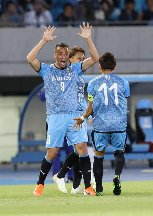 川崎F対上海上港 前半、ゴールを決めて喜ぶ川崎F・FWレアンドロ(左)(撮影・河野匠)
