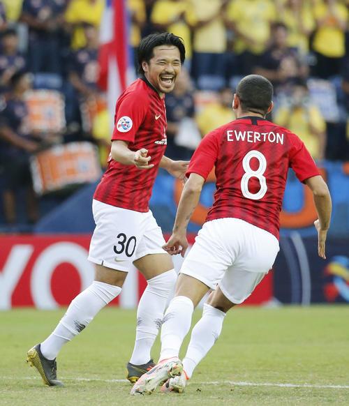 浦和対ブリラム 前半、先制ゴールを決めて喜ぶ浦和の興梠(左)(共同)