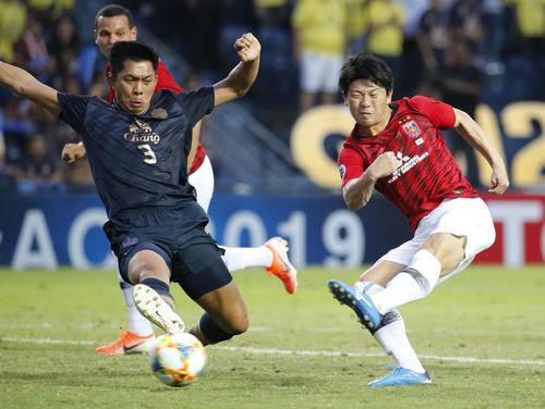 浦和対ブリラム 前半、ゴールを決める浦和の武藤(右)(共同)
