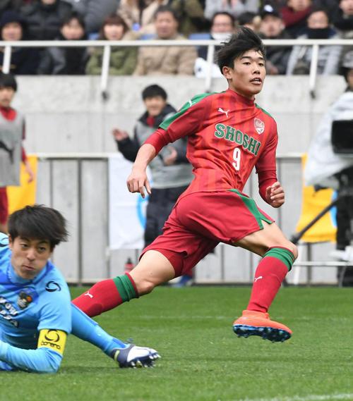 1月、全国高校選手権、準決勝後半、ゴールを決める尚志FW染野唯月