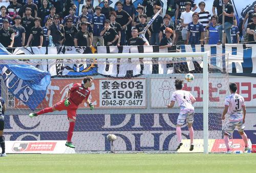 鳥栖対G大阪 前半16分、鳥栖MF・クエンカはコーナーキックからの浮いた球を頭で押し込み先制ゴールを決める(撮影・梅根麻紀)