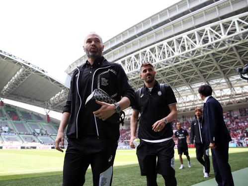 神戸対鹿島 スタジアムに到着した神戸MFイニエスタ(左)とFWビジャ(中央)(撮影・前田充)