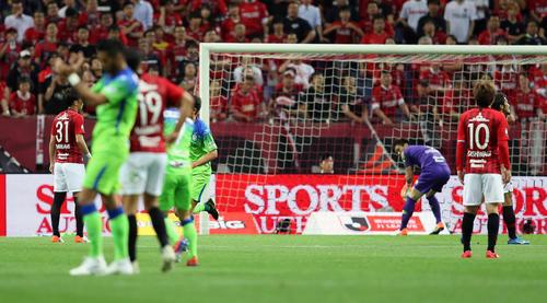 浦和対湘南 前半31分、湘南MF杉岡が放ったシュートが入るもノーゴールの判定となった(撮影・大野祥一)