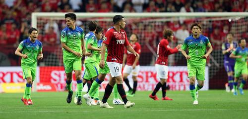 浦和対湘南 前半31、湘南MF杉岡(左から2人目)が放ったシュートが入るもノーゴールの判定となった(撮影・大野祥一)