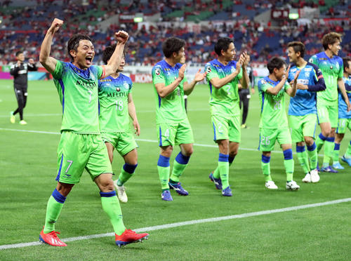 逆転勝利を喜ぶFW梅崎(左)ら湘南イレブン(撮影・大野祥一)