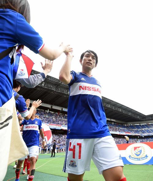 横浜対神戸 2得点を挙げた横浜MF三好は、試合後サポーターとタッチを交わす(撮影・たえ見朱実)
