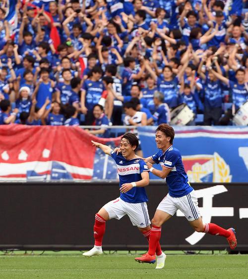 横浜対神戸 後半45分、ゴールを決め喜ぶ横浜MF三好(左)(撮影・たえ見朱実)