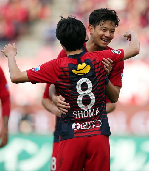 鹿島対松本 後半、この日、2点目のゴールを決め、アシストした鹿島FW土居(手前)と喜び合うMF白崎(撮影・狩俣裕三)