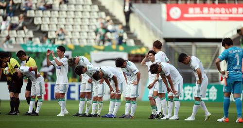 鹿島対松本 試合後、サポーターに一礼する松本の選手たち(撮影・狩俣裕三)
