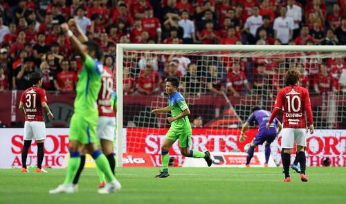浦和対湘南 前半31分、湘南MF杉岡(中央)が放ったシュートが入るもノーゴールの判定となった(19年5月17日撮影)