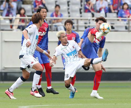 東京対札幌 前半、札幌MFチャナティップ(中央)は相手選手と競り合う(撮影・井上学)