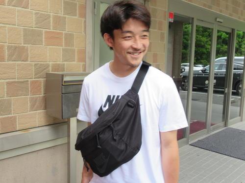 練習後、笑顔で取材に応じる神戸DF西(撮影・実藤健一)