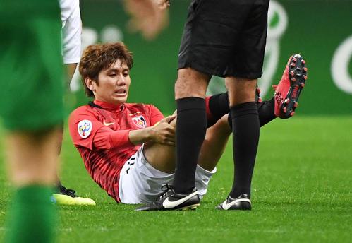浦和対北京国安 前半開始早々に足を痛める浦和MF柏木(撮影・横山健太)