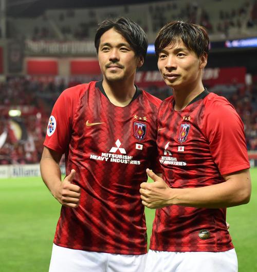 浦和対北京国安 試合後、サムアップで写真に納まる浦和MF長沢(右)とFW興梠(撮影・横山健太)