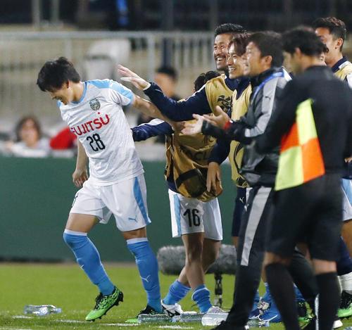 前半、先制ゴールを決め、チームメートに祝福される川崎脇坂(左端)(共同)