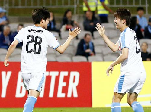 前半、2点目のゴールを決め、タッチを交わす川崎脇坂(左)(共同)