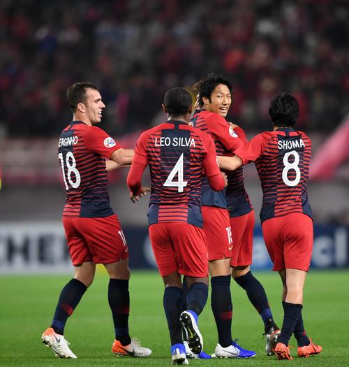 鹿島対山東魯能 後半、FW伊藤(中央)がゴールを決め抱き合う鹿島イレブン(撮影・横山健太)