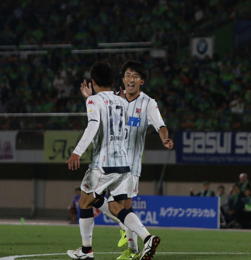 後半3分、追加点を決めた札幌MF金子(右)はMF檀崎と喜ぶ(撮影・保坂果那)
