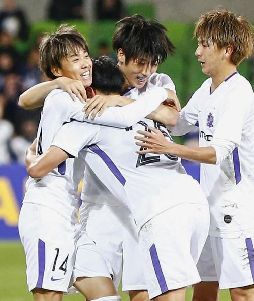 広島対メルボルン・ビクトリー 後半、ゴールを決め、抱き合って喜ぶ森島(左)と広島イレブン(共同)