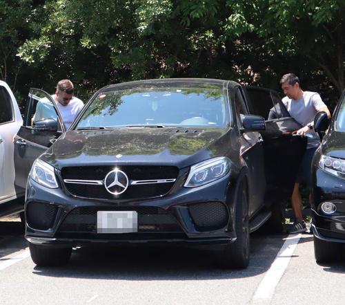 練習後、車に乗り込む神戸ポドルスキ(左)(撮影・南谷竜則)